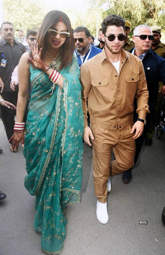Priyanka Chopra vẫn còn in hình vẽ henna trên tay và dấu son trên trán - phong tục của người Ấn Độ khi cô gái kết hôn.