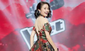 MC Phí Linh đổi gout ăn mặc nữ tính khi dẫn The Voice Kids