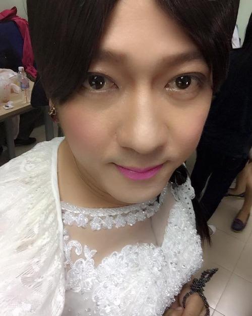 Trường Giang hóa cô dâu trong bức ảnh hậu trường một show diễn.