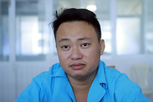 Anh Vạn (quê Nghệ An) may mắn sống sót khi vợ và con nhỏ đều tử vong sau sự việc nghi nhiễm độc. Ảnh: Ngọc Trường.