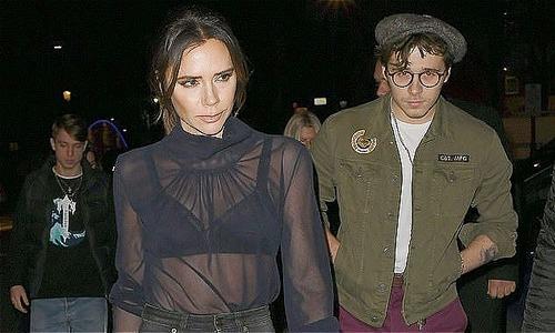 Vic mặc áo mỏng tang đi dự tiệc cùng chồng con