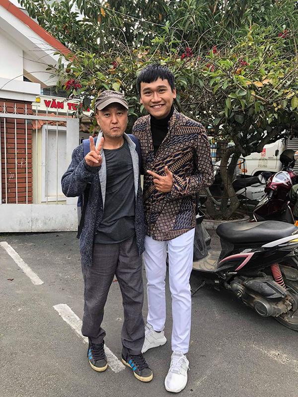 Xuân Nghị chụp cùng đạo diễnPark Hee Jun trên trường quay phim Thiên đường.