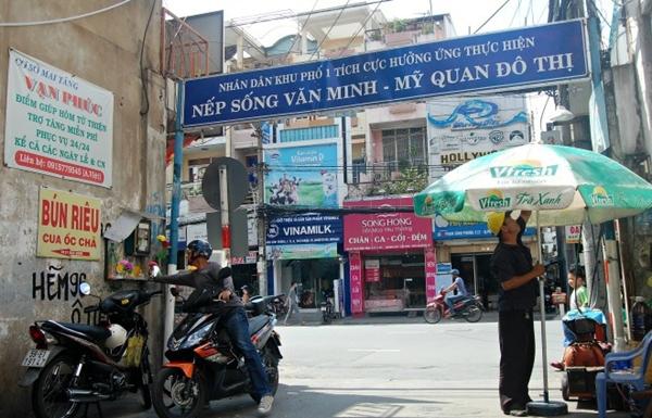 Con hẻm cái gì cũng miễn phí: Từ lâu, con hẻm 96 trên đường Phan Đình Phùng, quận Phú Nhuận trở nên thân quen với khách vãng lai bởi hàng loạt dịch vụ miễn phí. Người dân tại đây trang bị tủ thuốc để giúp những người đi đường chẳng may bị tai nạn, ngất xỉu hay đau bụng.