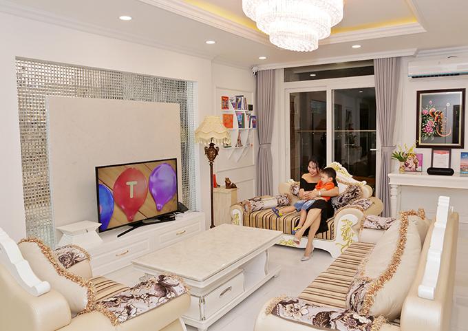 Tổng thể căn hộ mang màu trắng chủ đạo. Phòng khách được bố trítiện nghi, ấm cúng.