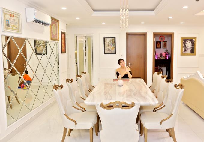Bàn ăn liền kề phòng khách là nơi cô hay mời người thân, bạn bè tới chơi và ăn uống vào cuối tuần.