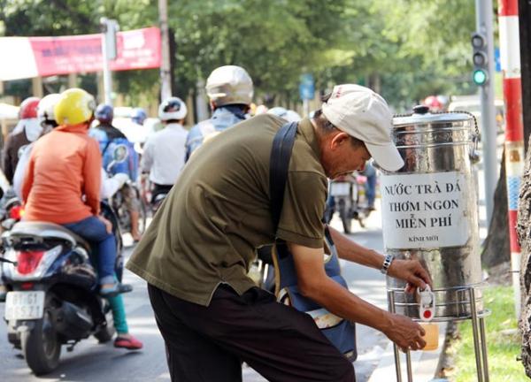 Trà đá miễn phí ở khắp mọi nơi: Nhiều con đường tại Sài Gòn như Điện Biên Phủ, Võ Thị Sáu, Võ Văn Tần, Nguyễn Văn Linh, Kha Vạn Cân, Nguyễn Trọng Tuyển... xuất hiện những bình trà đá miễn phí. Bất kỳ ai đều có thể ghé chân uống một ngụm nước giữa trưa nóng bức. Mô hình này ngày càng được nhân rộng trên khắp thành phố từ tấm lòng của những cá nhân, hộ gia đình hay mạnh thường quân ẩn danh.