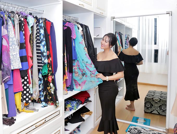 Vốn tính điệu đà, người đẹp hay sắm sửa quần áo màu sắc, họa tiết rực rỡ treo đầy trong tủ.