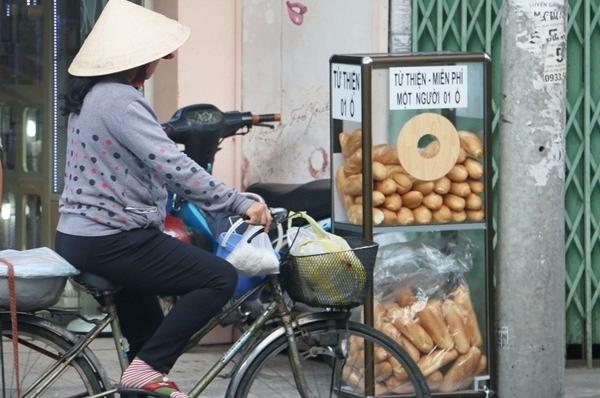 Bánh mì miễn phí: Những thùng bánh mì miễn phí xuất hiện trên các con đường Xô Viết Nghệ Tĩnh (Bình Thạnh), Phan Đình Phùng (Phú Nhuận)... cũng đã chạm đến trái tim nhiều người. Những chiếc bánh mì từ đây đã làm ấm lòng nhiều em bán vé số dạo, những cô chú thu gom ve chai hay những người sống lang thang nay đây mai đó trên phố.