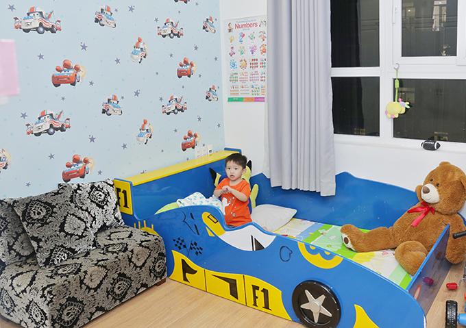 Phòng của bé Tấn Đức trang trí giấy dán tường hình các nhân vật trong bộ phim hoạt hình Vương quốc xe hơi. Chiếc giường của cậu bé cũng mang hình dáng như một chiếc xe.