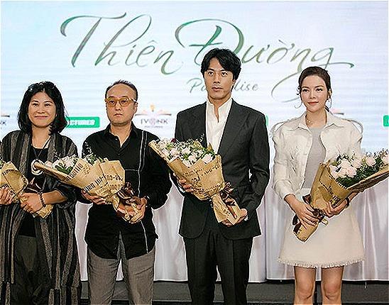 Nhà sản xuất Hạnh Nhân (thứ hai bên trái) cùng đạo diễn Park Hee Jun, Han Jae Suk và Lý Nhã Kỳ tại sự kiện họp báo công bố dự án phim Thiên đường.