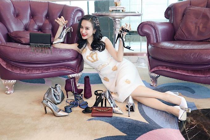 Angela Phương Trinh khoe loạt giày dép, túi xách mới đi shopping về và băn khoăn không biết nên chọn bộ nào cho ngày giáng sinh cận kề.