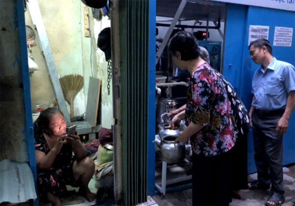 Trạm nước lọc miễn phí: Những trạm nước lọc miễn phí đang xuất hiện ở Sài Gòn và bắt đầu ở khu Mả Lạng, phường Nguyễn Cư Trinh, quận 1. Người dân trong khu phố đa phần là lao động nghèo, làm đủ mọi nghề để mưu sinh nên một điểm dừng chân để uống nước sạch mỗi ngày là món quà quý. Người dân không phải tốn kém tiền mua nước trôi nổi, có thể mang bình ra hứng nước về dùng, ai ngang qua cũng có thể tiện rót một chai nước mang đi.