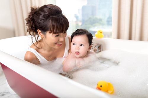 Hà Anh chơi đùa cùng con gái trong bồn tắm.