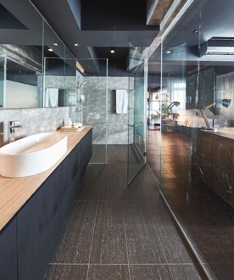 Nơi yêu thích hơn cả của Celine chính là phòng tắm. Cô bảo: Tôi nghĩ rằng một trong những quyết định sáng suốt nhất của chúng tôi là kết hợp không gian phòng tắm ban đầu với phần mở rộng với phòng tắm riêng.