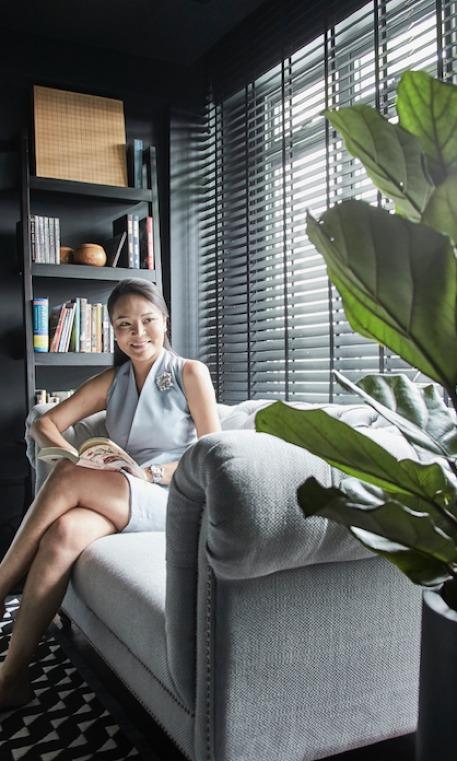 Chủ nhân của ngôi nhà - một người quản lý công ty kinh doanh đàn piano cao cấp, biết rõ ràng về những gì cô ấy muốn: một không gian ấm cúng, hấp dẫn, có cá tính nhưng tinh tế - nơi mà vợ chồng cô có thể dành cho nhau những khoảng thời gian chất lượng. Celine mang trong mình một nửa dòng máu Thái Lan và đó cũng là nguồn cảm hứng cho cô khi nói về ý tưởng cải tạo nhà. Bức tranh tường ở chính giữa phòng khách là một trong những điều như thế.