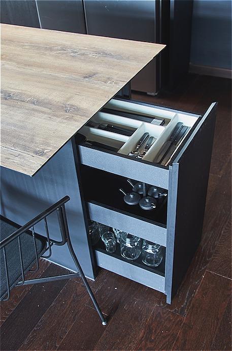 Bàn ăn kiêm tính năng của một chiếc tủ đựng đồ để tối đa hóa không gian.
