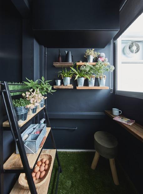 Cây xanh được điểm vào góc hành lang, biến nó thành một khu vườn mini.