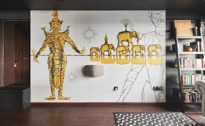Bức tranh màu màu sắc văn hóa nước Thái, có hình ảnh của một người bảo vệ cổng ở các ngôi chùa Phật giáo và những chú voi là biểu tượng của tính nhân văn, sự tôn trọng, tình yêu.