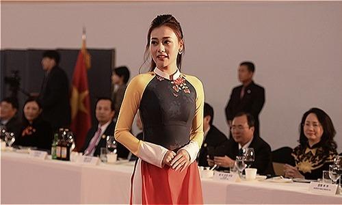 Phương Oanh diễn mở màn show áo dài tại Hàn Quốc