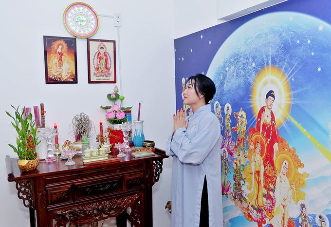 Nữ diễn viên thường dành hàng giờ đồng hồ tĩnh tâm trước bàn thờ Phật. Sau biến cố hôn nhân, cô tìm tới Phật pháp để buông bỏ hết ưu phiền, sống chậm và an nhiên hơn.