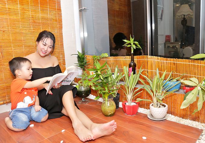 Khu vực ban công là nơi Phi Thanh Vân đặt nhiều chậu cây xanh trang trí cho ngôi nhà thêm sinh động.