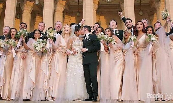 Tại lễ cưới Kito giáo hôm 1/12, Sophie diện váy hồng duyên dáng, làm phù dâu cho Priyanka.