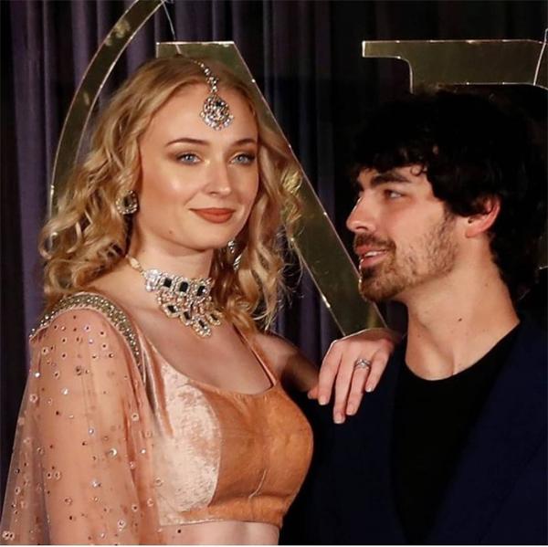 Người chị dâu trẻ đã nhiệt tình giúp đỡ Priyanka Chopra trong tất cả các sự kiện của đám cưới kéo dài từ ngày 28/11 đến ngày 4/12. Cô cùng Joe Jonas đến Ấn Độ từ đầu tuần trước để ủng hộ em trai và em dâu.