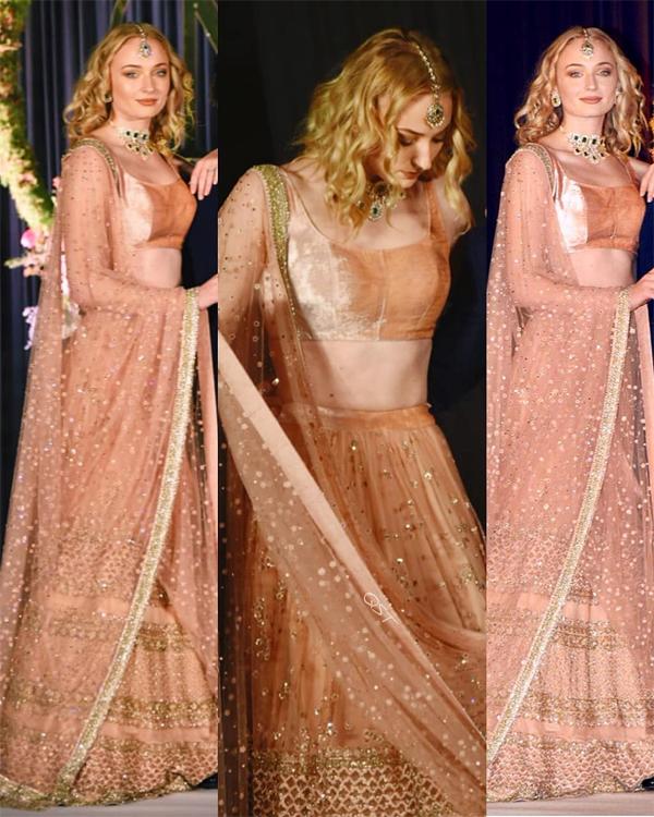 Sophie rất thích diện sari truyền thống của Ấn Độ và cô đã sắm rất nhiều bộ váy để mặc suốt đám cưới. Nữ diễn viên được ví như một nữ thần trong bộ sari vàng kết hợp với trang sức lộng lẫy tại tiệc cưới của Nick và Priyanka ở khách sạn Taj Palace hôm 4/12.