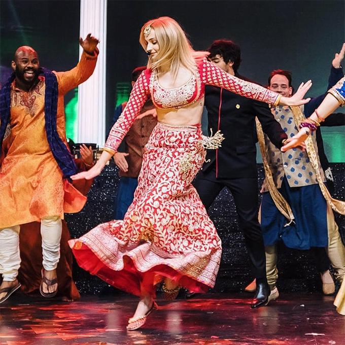 Nữ diễn viên mặc trang phục Ấn Độ, hòa vào điệu nhảy truyền thống trong lễ Sangeet tối 30/11. Hình ảnh đẹp này của cô đã chiếm được cảm tình của tất cả các fan Ấn.