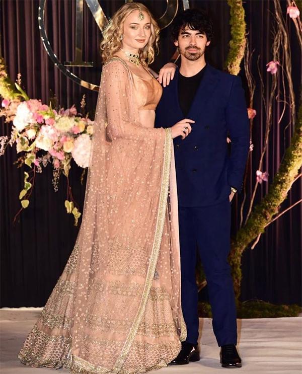 Trong đám cưới thế kỷ của Priyanka Chopra và Nick Jonas vừa diễn ra, ngoài cô dâu lộng lẫy, một người đẹp luôn thu hút sự chú ý bởi nhan sắc xinh đẹp, thần thái quyến rũ là nữ diễn viên Sophie Turner.