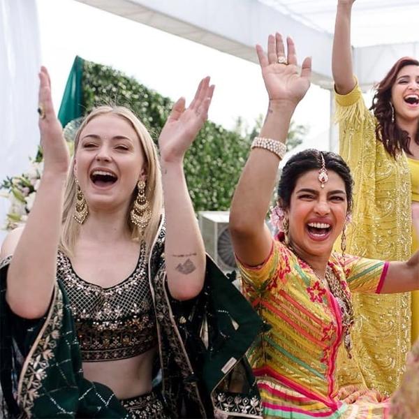 Sophie rạng rỡ bên cô dâu trong lễ Mehndi sáng 30/11. Tuy ít hơn Priyanka 14 tuổi nhưng chị dâu đã trở thành bạn thân thiết của hoa hậu thế giới. Khi Nick đính hôn với Priyanka hồi tháng 7, Sophie hào hứng chia sẻ trên Instagram: Thật may mắn khi có một cậu em chồng tương lai tuyệt vời và bây giờ có thêm em dâu tương lai xinh đẹp, đẹp từ tâm hồn tới nhan sắc. Chị rất vui được chào đón em đến với gia đình mình.