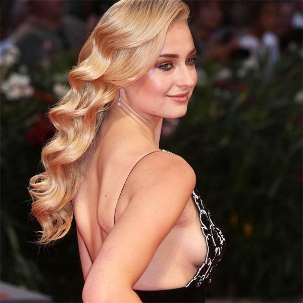 Sophie Turner sinh năm 1996 tại Northampton, Anh. Ở tuổi 15, cô gái tóc vàng tham gia bộ phim truyền hình đầu tiên Game of Thrones của HBO và nhanh chóng trở nên nổi tiếng. Sau thành công của vai diễn Sansa Stark, Sophie góp mặt trong loạt phim bom tấn X-Men, vai dị nhân Jean Grey/Phoenix.