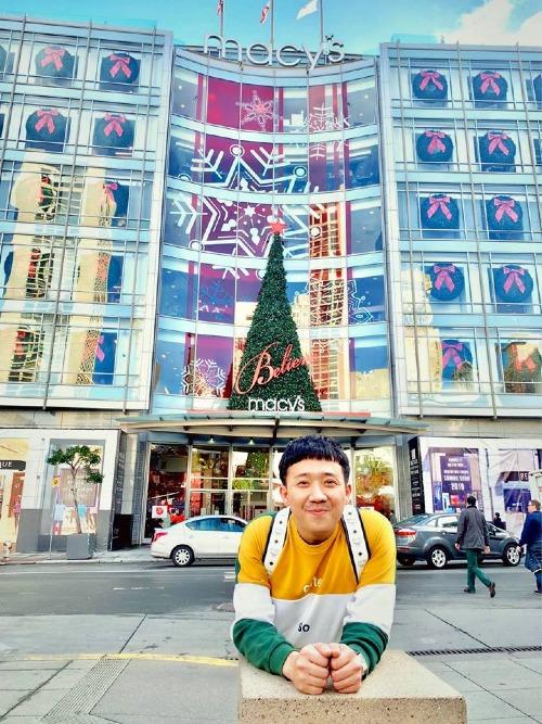 MC Trấn Thành thích thú khi đi dạo trên đường phố Mỹ.