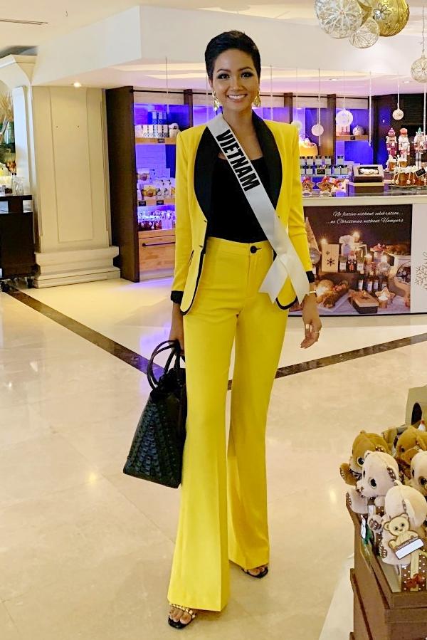 HHen Niê lộ miếng dán ngực khi trình diễn tại Miss Universe - 5
