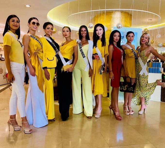 Các người đẹp được yêu cầu mặc trang phục màu vàng và HHen luôn tuân thủ quy định từ ban tổ chức.