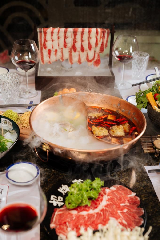 Nước dùng càng được hầm lâu, món ăn càng đậm vị. Lẩu khói vừa loại bỏ hết các tác nhân gây nóng trong người, gây ám ảnh về cân nặng, vàcòn được chế biến đúng công thức bí truyền từ đầu bếp Hong Kong nên không mất đi hương vị vốn có, giúp giữ ấm cơ thể vào ngày lạnh. Ngày nóng, ăn lẩu khói cũng không phải lo nóng hay kích ứng làn da. Trái lại, lẩu khói ăn trong ngày thời tiết hầm hập lại tốt cho việc thanh lọc cơ thể.