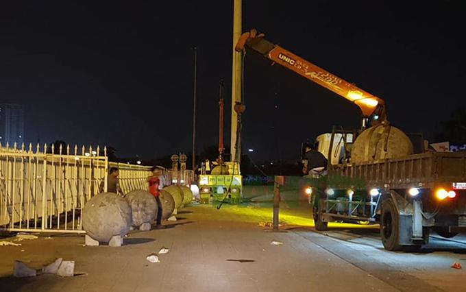 Bóng bê tông được dời khỏi sân Mỹ Đình để 'phá dớp'