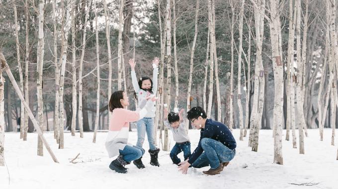 Bạn có thể cùng gia đình và bạn bè chơi trò phao trượt, đắp hình người tuyết&