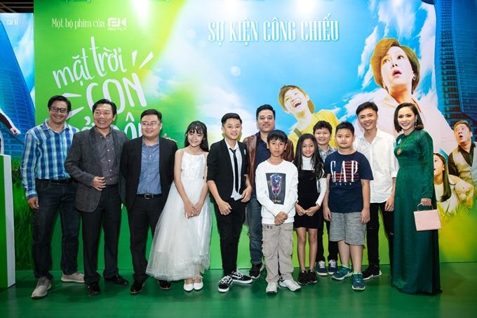 Dàn diễn viên và êkíp phim cùng nhau chụp ảnh kỷ niệm.