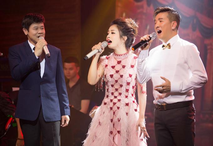 Ca sĩ Thái Châu biểu diễn cùng Thu Hằng và Mr Đàm trong đêm nhạc.