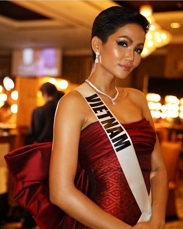 HHen Niê lộ miếng dán ngực khi trình diễn tại Miss Universe