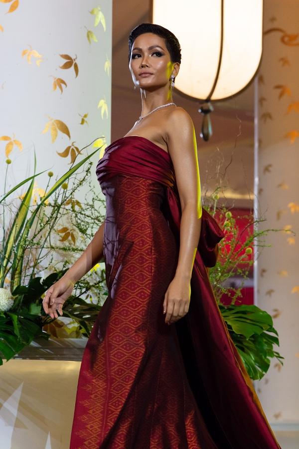 HHen Niê lộ miếng dán ngực khi trình diễn tại Miss Universe - 2