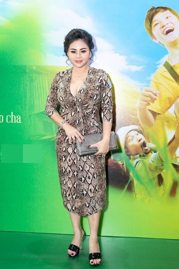 Nghệ sĩ Lê Giang diện váy ôm khoét ngực đi xem phim.