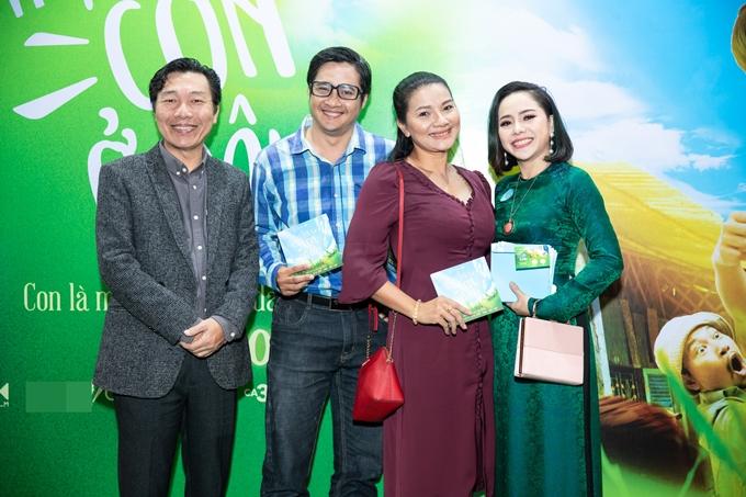 Diễn viên Kiều Chinh (thứ hai từ phải qua) đến ủng hộ đồng nghiệp.