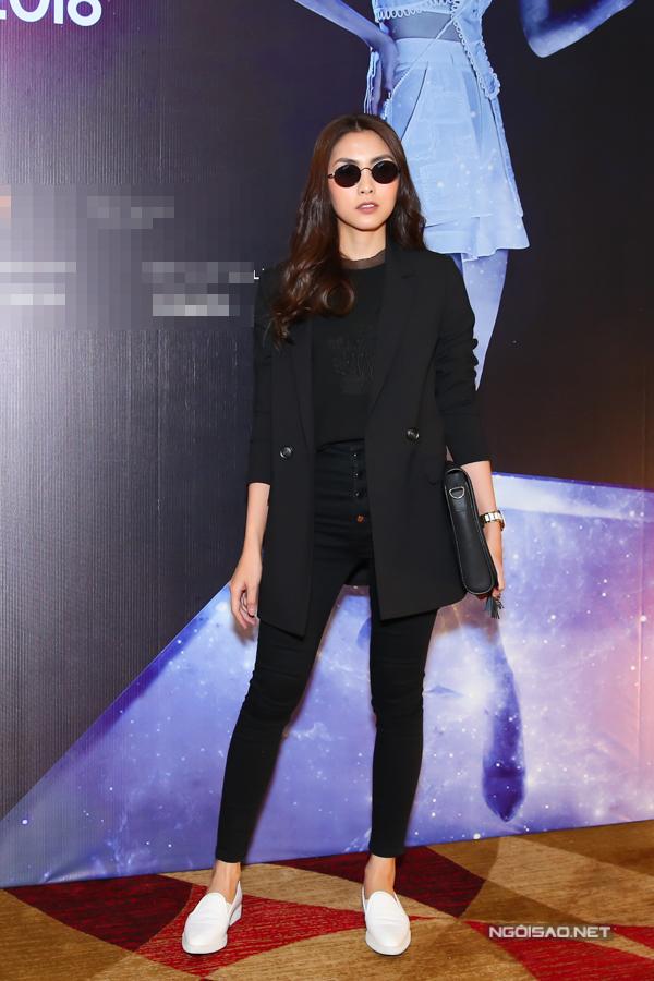 Chiều 12/6, Tăng Thanh Hà chọn blazer thanh lịch khi xuất hiện trong buổi họp báo giới thiệu show diễn thời trang tổ chức tại TP HCM.