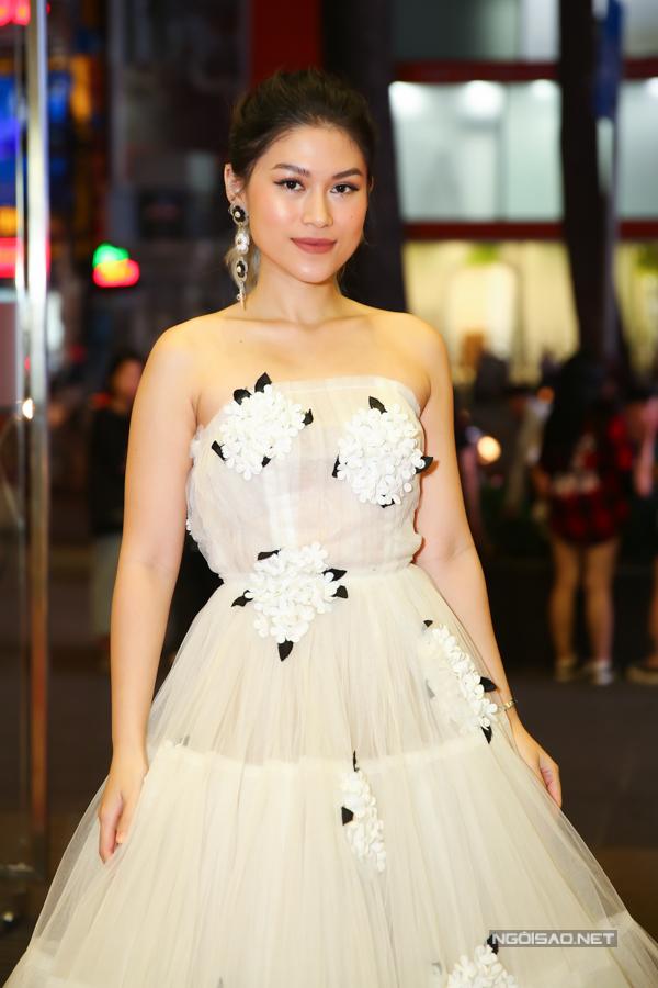 Diễn viên Ngọc Thanh Tâm sử dụng váy dạ hội trang trí họa tiết hoa kết nổi 3D để gây sức hút.