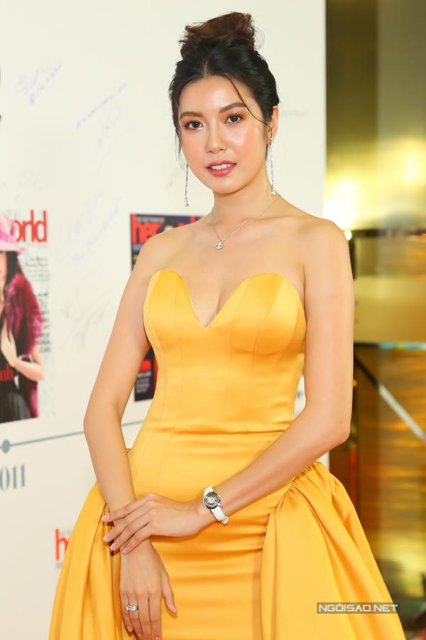 Thúy Ngân khoe vẻ đẹp gợi cảm với thiết kế váy cúp ngực trên tông màu vàng rực rỡ.