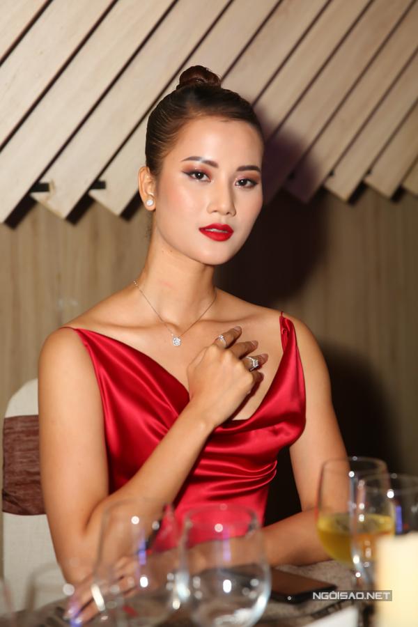 Hương Ly nổi bật nhờ diện váy lụa đỏ - tông màu luôn được ưa chuộng trong không khí giáng sinh và tết Tây.