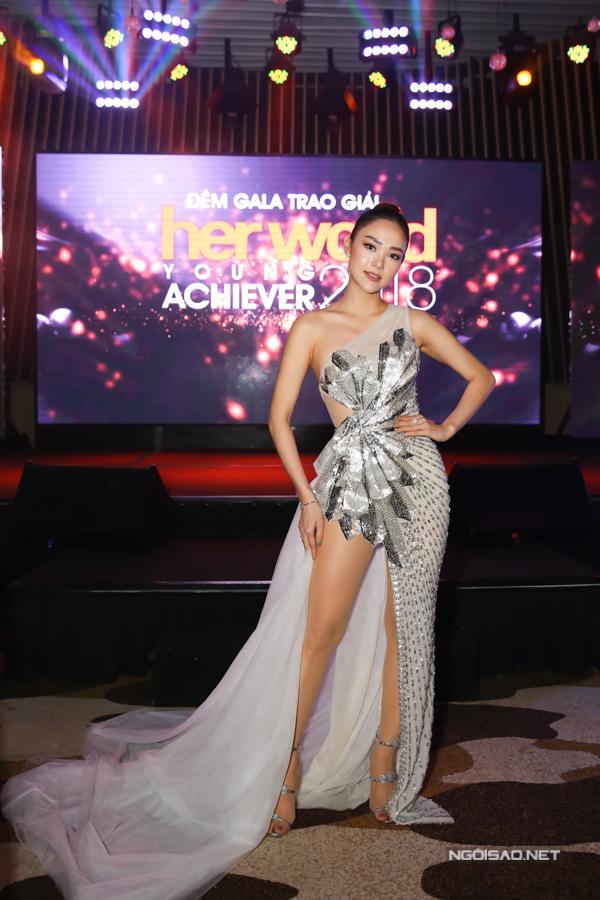 Ca sĩ Minh Hằng khiến hình ảnh của mình trở nên bắt mắt và gợi cảm hơn với váy xẻ cao kết hợp giữa chất liệu ánh kim và vải lưới.