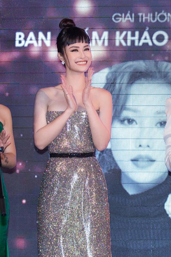 Ca sĩ Đông Nhi tỏa sáng trên sân khấu nhờ mẫu đầm sequins lấp lánh - mẫu thiết kế vừa được trình làng của nhà thiết kế Chung Thanh Phong.